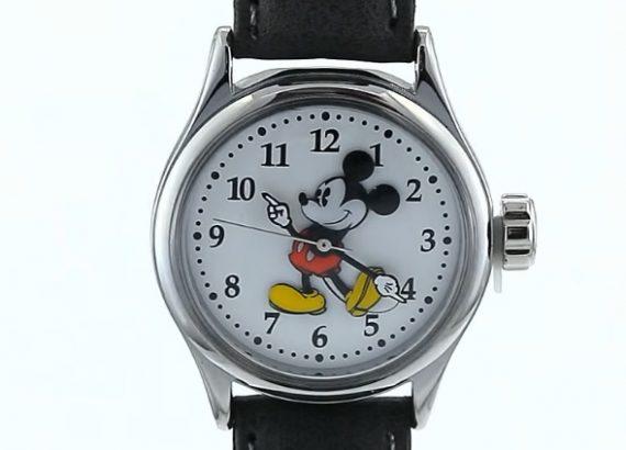 Hodinky s Mickey Mousem byly jednu dobu hodně moderní. Dneš ale frčí spíše jiné postavičky. Nejlépe uděláte, pokud se informujete u svého dítěte.