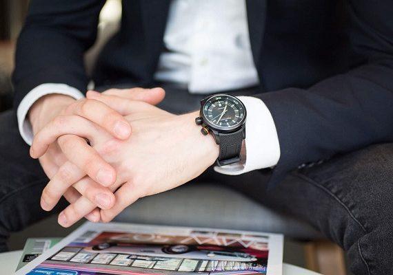 Zde je příklad nevhodného řemínku i hodinek. K obleku se moc nehodí.