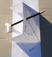 Během podzimu a zimy Slunce svítí zespodu čtecí plochy a stín je vidět skrz papír.