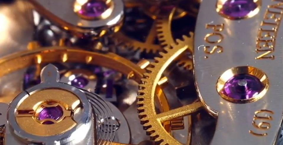 Proč jsou v hodinkách šperky a drahé kameny (safíry, rubíny nebo smaragdy)?