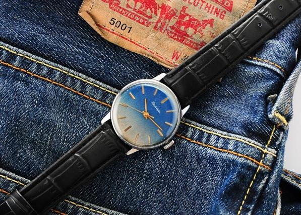 Nebojte se modré hodinky zkombinovat i s riflemi.