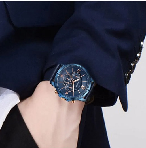 Ale i ke tmavému oblečení se modré hodinky opravdu pěkně hodí.