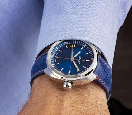 Modré hodinky se skvěle hodí třeba ke světlému obleku.