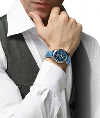 Modré hodinky se skvěle hodí ke světlému oblečení, třeba ke košili.