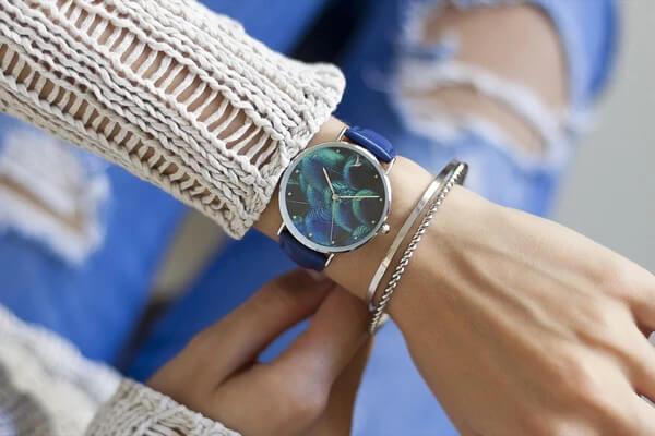 Dámské modré hodinky jsou krásně elegantní