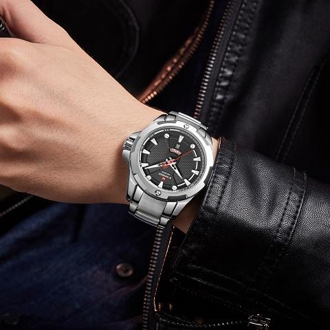 I ke kožené bundě se stříbrně hodinky skvěle hodí.