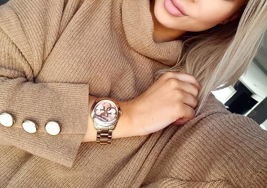 Nebojte se zkombinovat zlaté hodinky s dalšími zlatými doplňky nebo oblečením ve zlaté barvě.