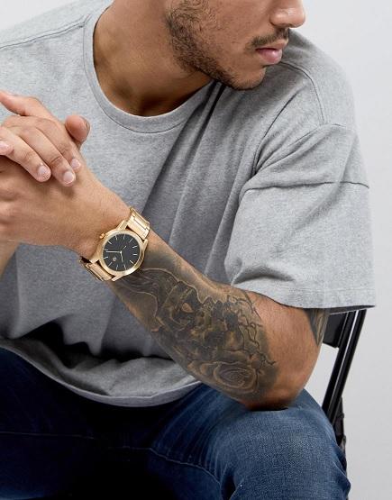 I k volnočasovému oblečení se pánské zlaté hodinky mohou hodit.