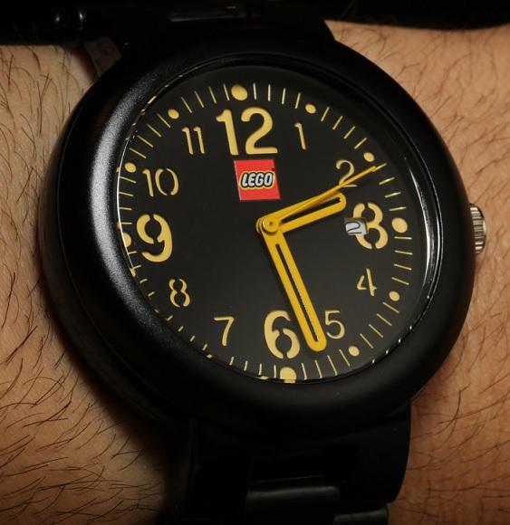 Decentní černé LEGO hodinky