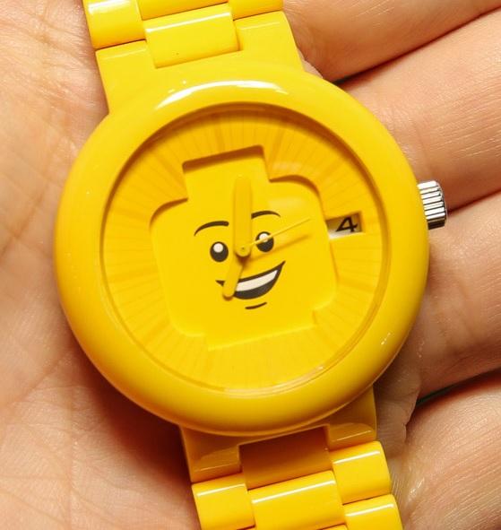 LEGO hodinky v typické žluté barvě