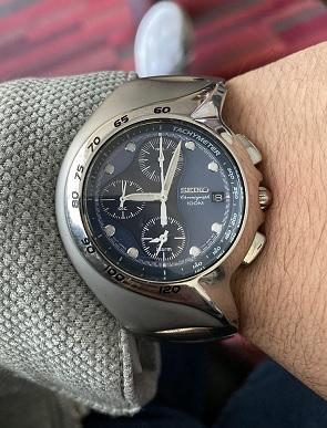 Asymetrické pouzdro hodinek