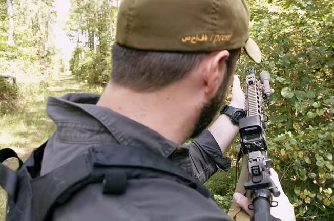 Hodinky na spodní straně zápěstí při držení zbraně s dlouhou hlavní