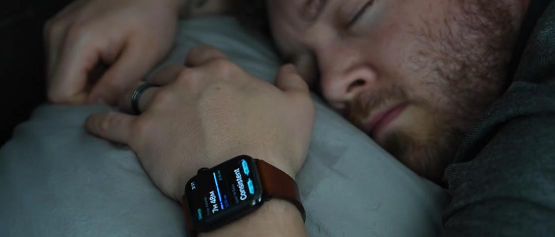 Spaní s hodinkami – měli byste si svoje hodinky či chytré hodinky brát do postele?