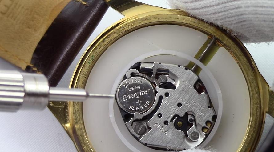Jak vyměnit baterku v hodinkách?