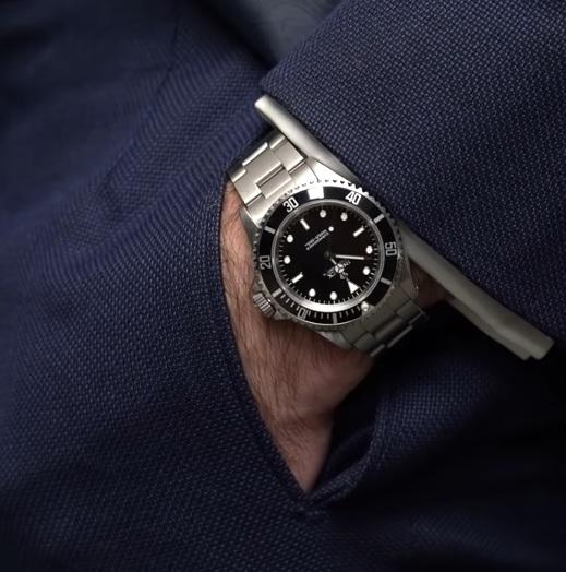 I kovový řemínek hodinek může k obleku vypadat dobře