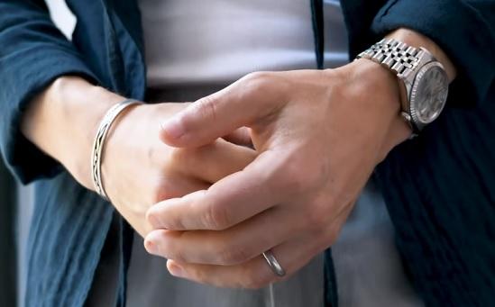 Hodinky a náramek můžete mít každý na jiné ruce