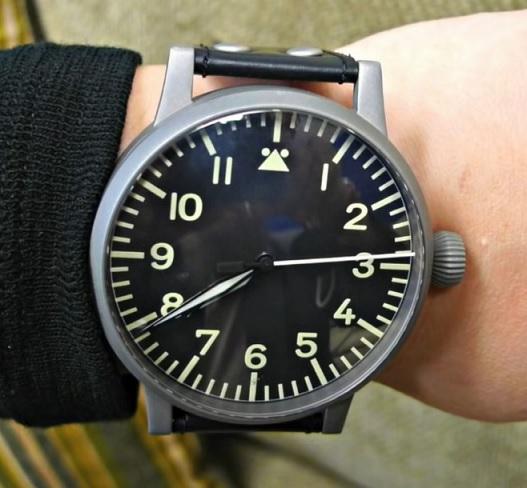 Velké hodinky na menším zápěstí vypadají spíše komicky