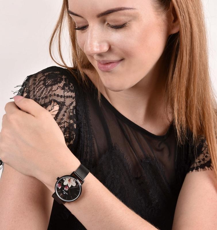 Dámské černé hodinky se hodí i k elegantnímu stylu