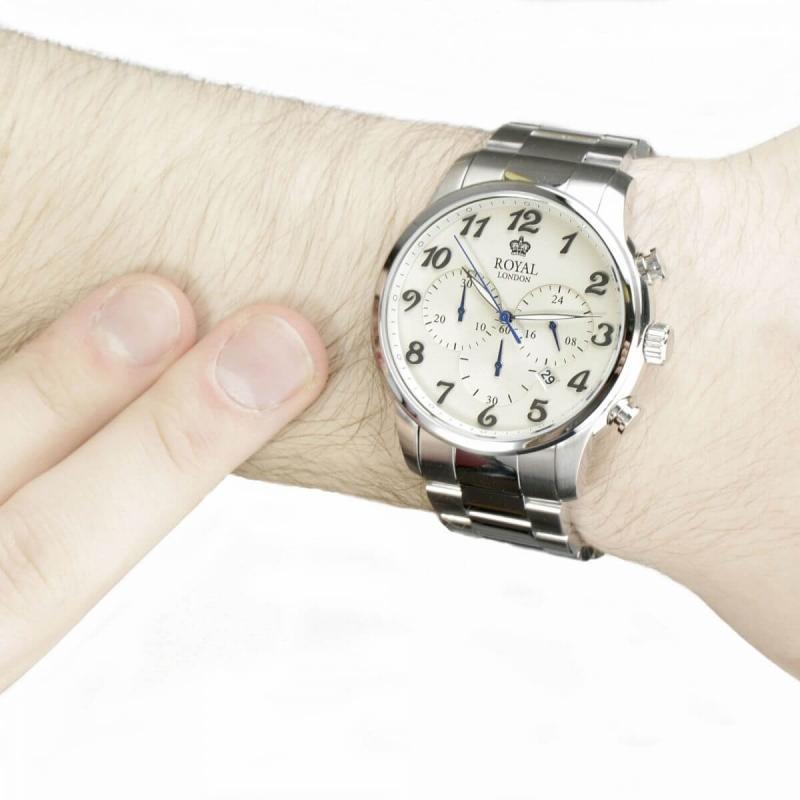 Bílé hodinky se stříbrným pouzdrem hodinek