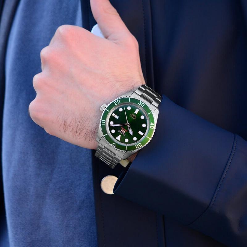 Zelené hodinky se hodí i k obleku