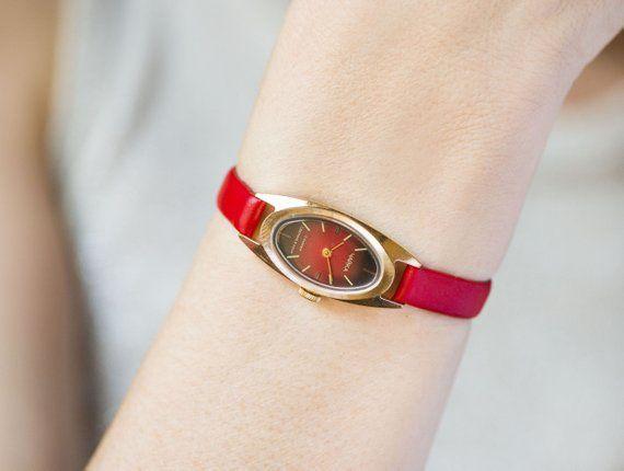 Malé hodinky pro ženy v červené barvě