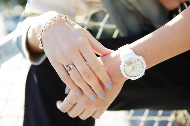 Bílé sportovní hodinky