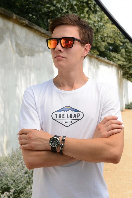 Černé hodinky s bílým tričkem