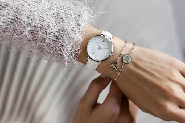 Bílé hodinky je možné doplnit o další doplňky, jako náramek