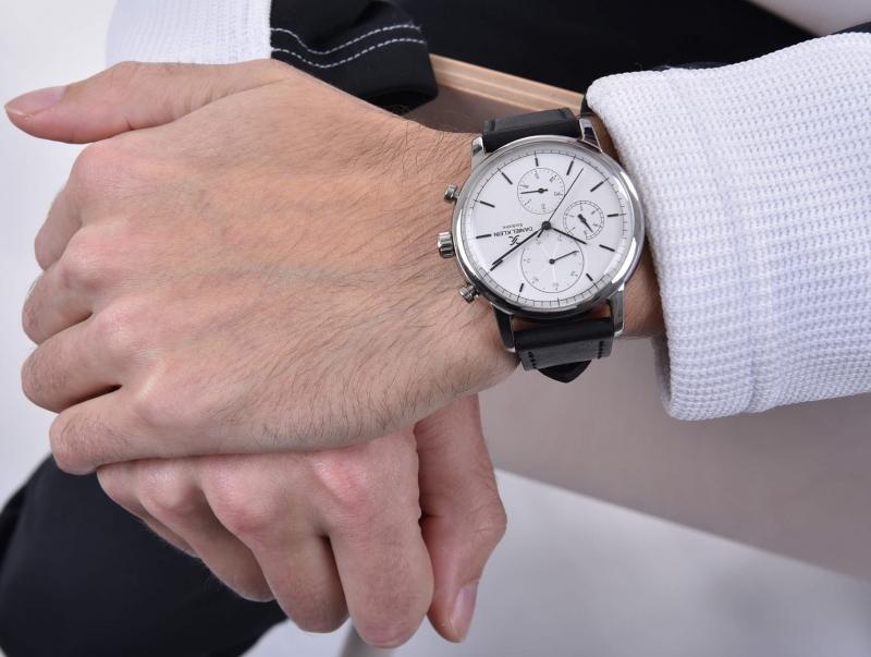 Pánské bílé hodinky se skvěle hodí ke každému oblečení