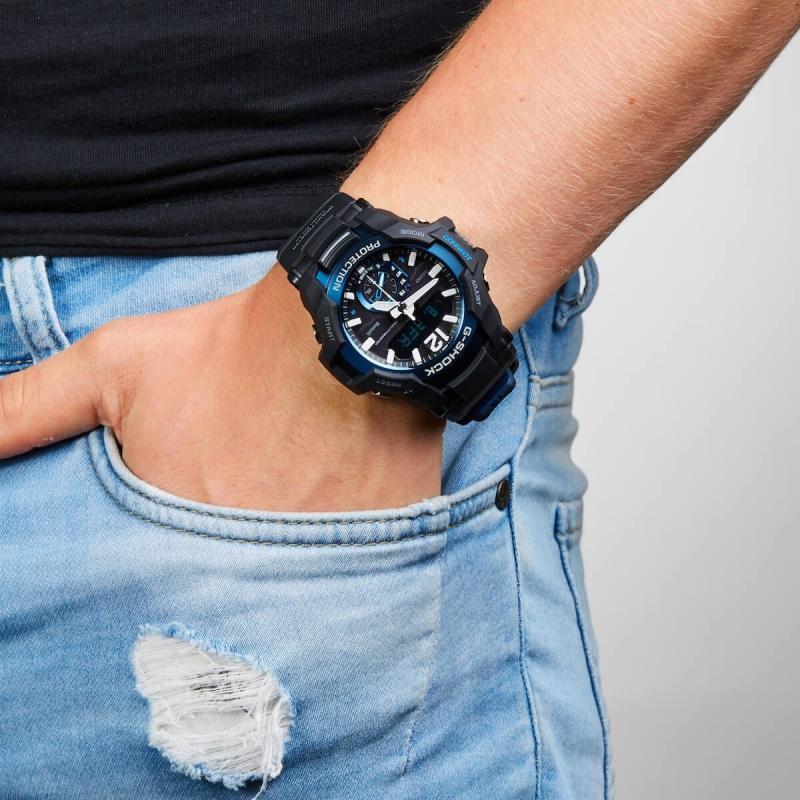Černé hodinky jsou perfektní k riflím