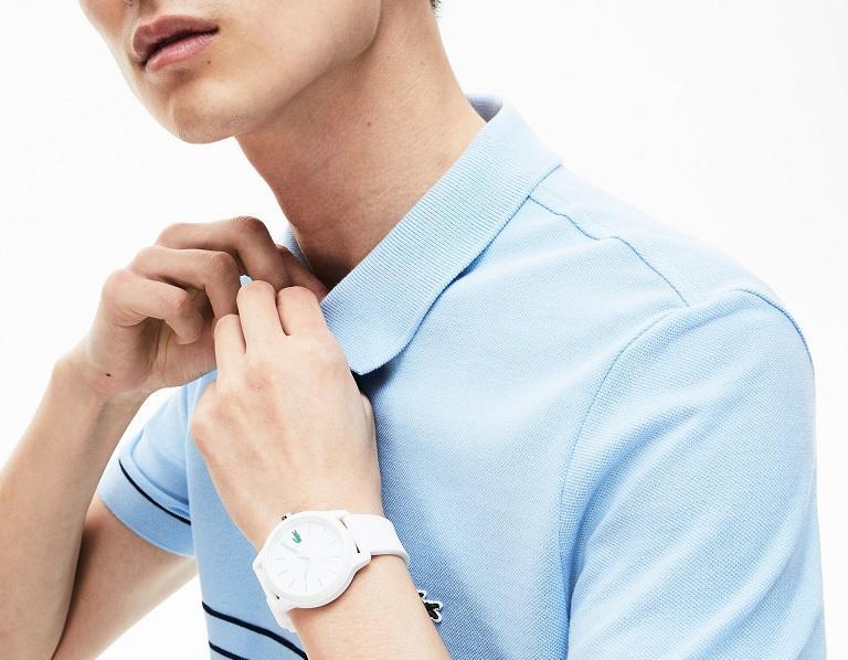 Pánské bílé hodinky se hodí k polotričku jakékoliv barvy