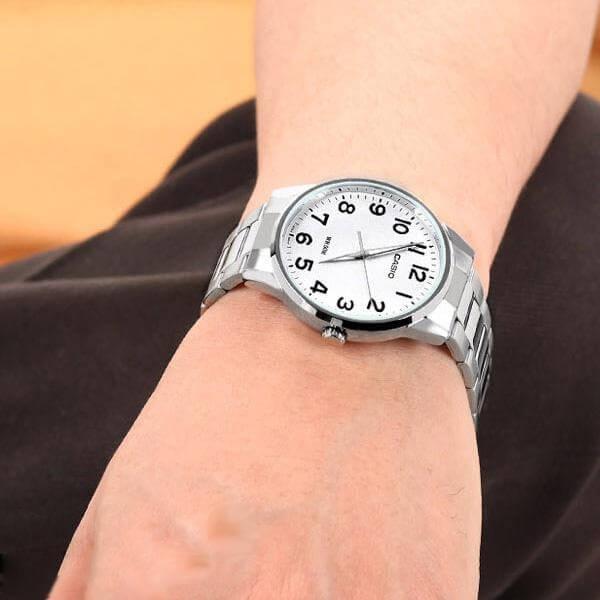 Bílé hodinky jsou hodně elegantní