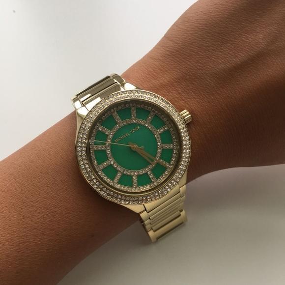 Zelené hodinky jsou netradiční - umí zaujmout