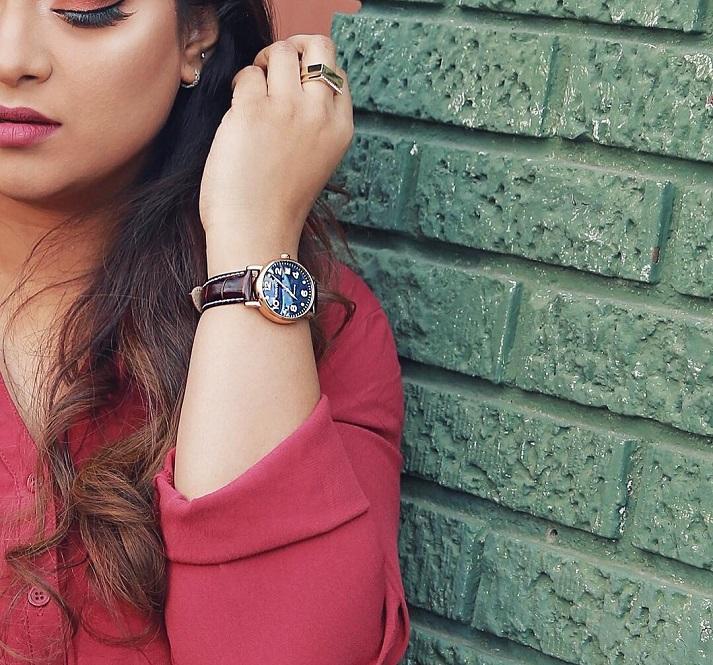 Modré dámské hodinky s koženým řemínkem