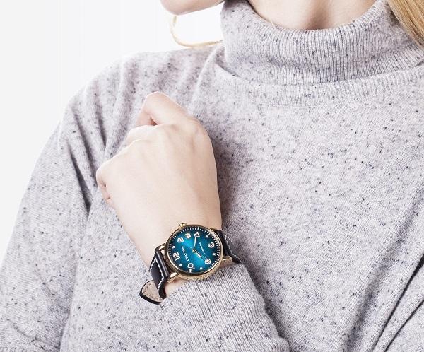 Modré hodinky jsou super k volnočasovému oblečení