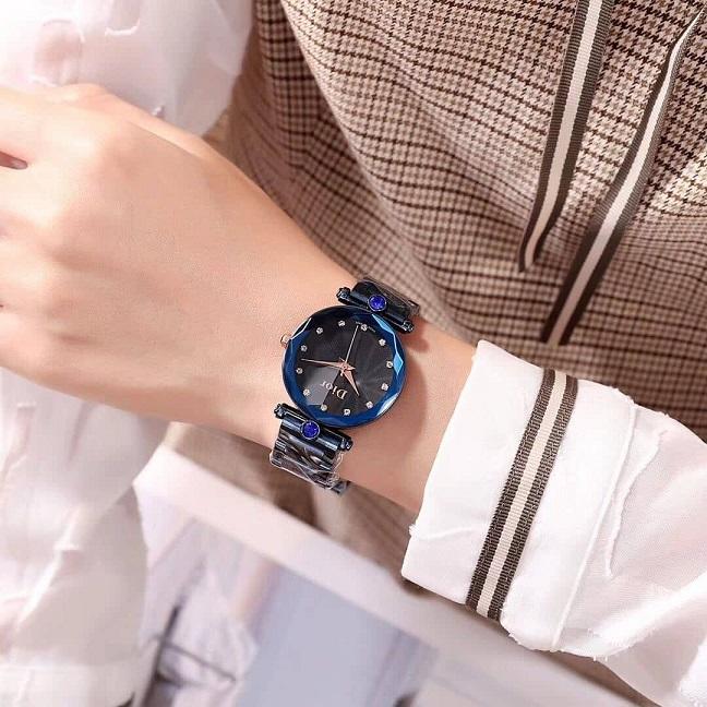 U světlého oblečení modré hodinky vypadají skvěle