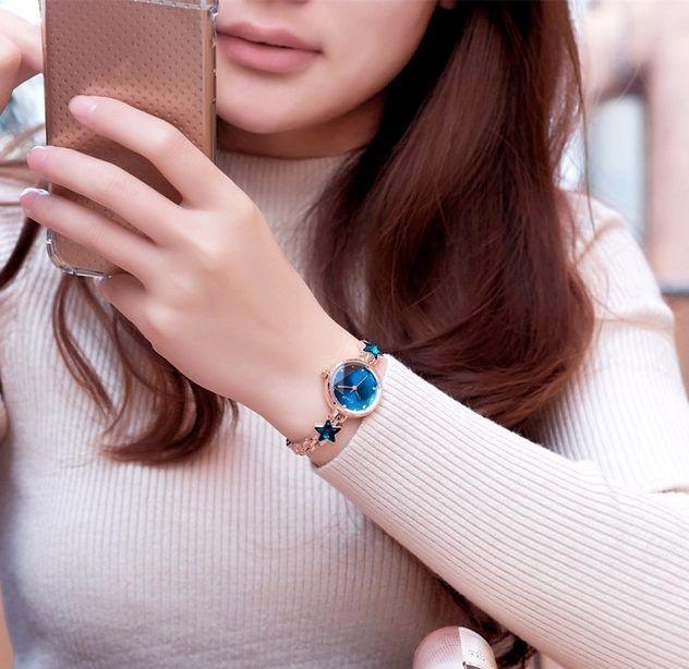 Modré hodinky si s klidným srdcem vezměte i na rande