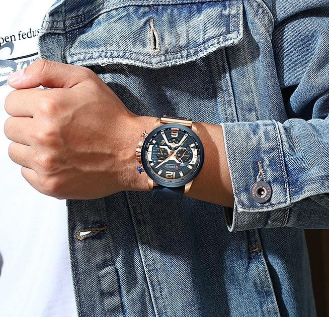 Modré hodinky vypadají skvěle i k modré riflové bundě