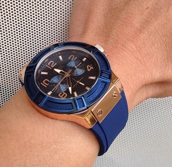 Modré hodinky na ruce