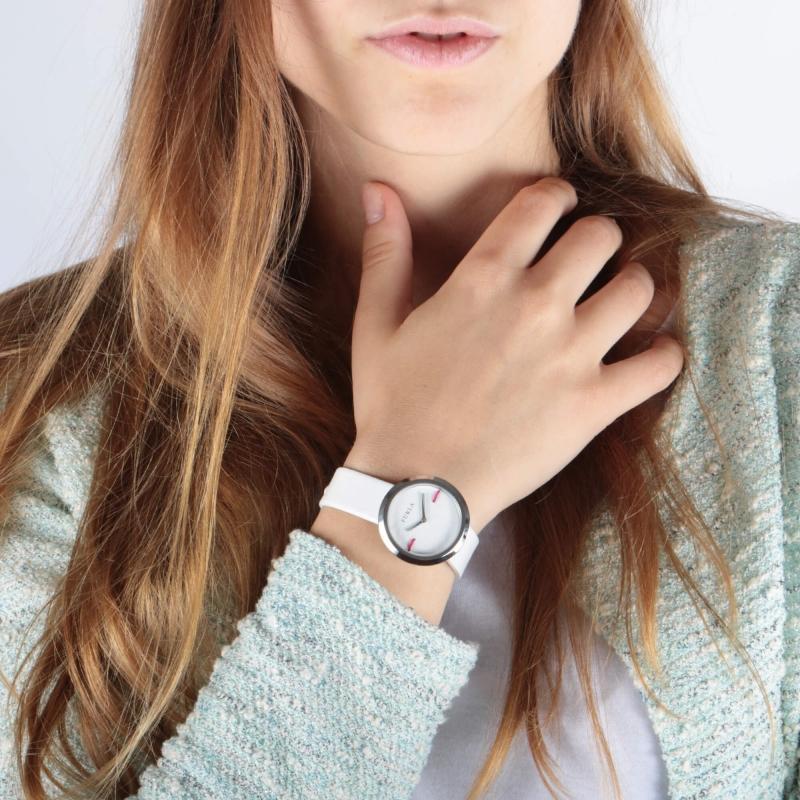 Bílé hodinky se hodí ke každému oblečení
