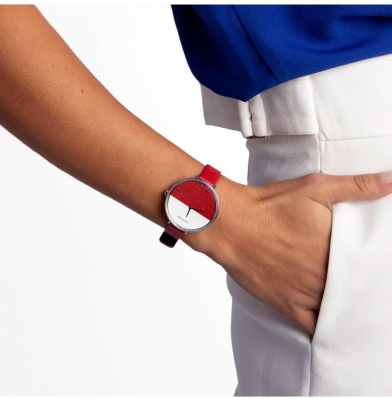 Červené hodinky se hodí k elegantnímu outfitu