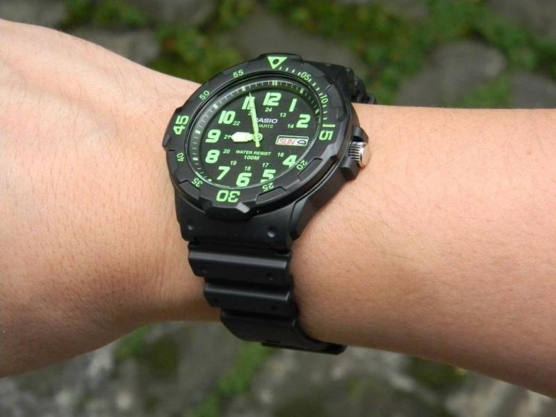 Dámské sportovní černé hodinky