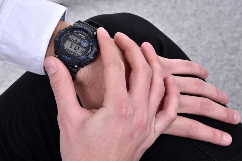 Pánské černé hodinky se hodí i k elegantnímu oblečení