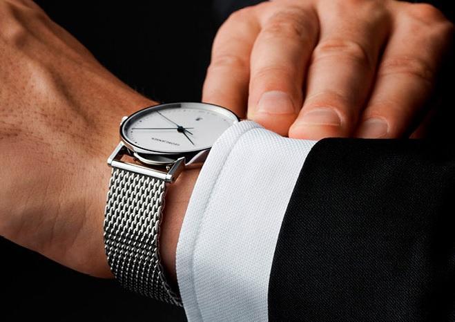 Pánské stříbrné hodinky jsou skvělé k obleku