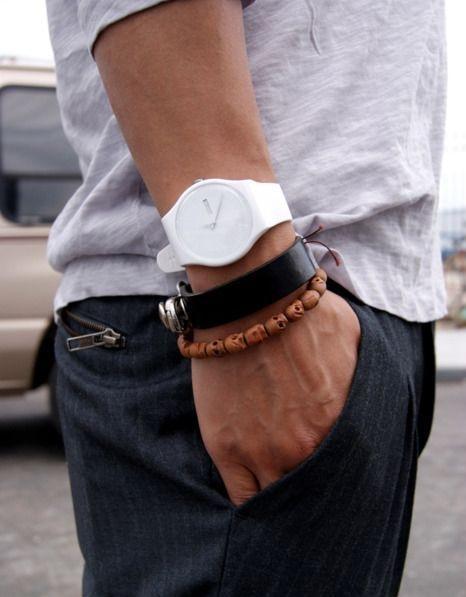 Bílé hodinky s dalšími doplňky