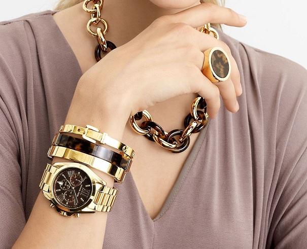 Zlaté hodinky v kombinaci s černou