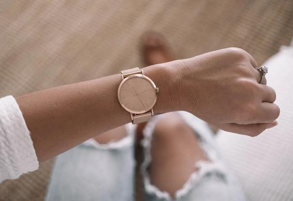 Zlaté hodinky se hodí i k riflím