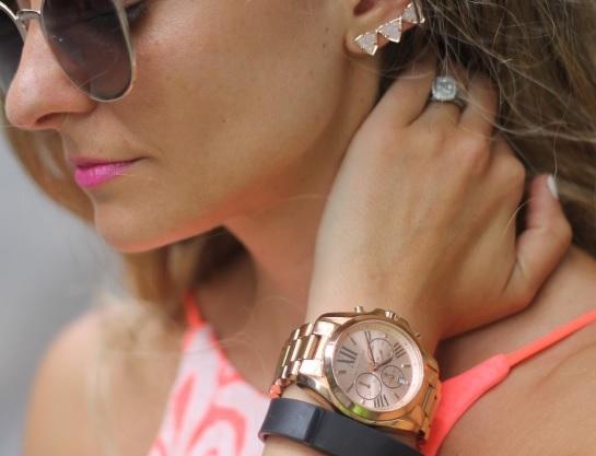 Zlaté hodinky vypadají skvěle na tmavší pleti