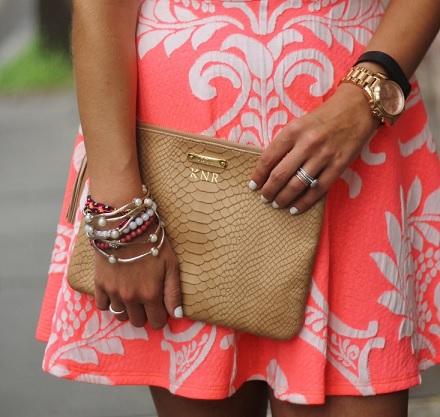 Zlaté hodinky a šaty.
